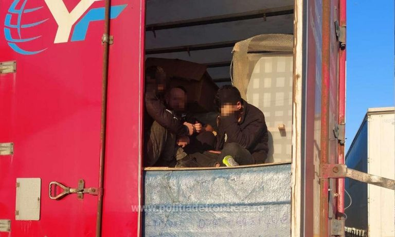 Şaisprezece migranti ascunși printre mobila transportată într-un automarfar